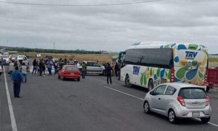 Bloquean carretera, piden construcción de rompeolas en playas del municipio de Alvarado