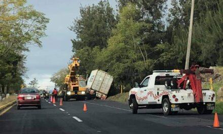 Precaución tráiler sobre la carretera Xalapa-Veracruz, a la altura de El Lencero