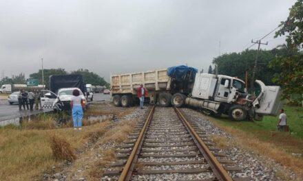 Tráiler terminó sobre la vías del tren en la Coatzacoalcos-Villahermosa
