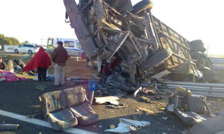 Fuerte accidente en la autopista de Querétaro Km 82 pasando San Luis de la Paz, autobús de pasajeros involucrado.