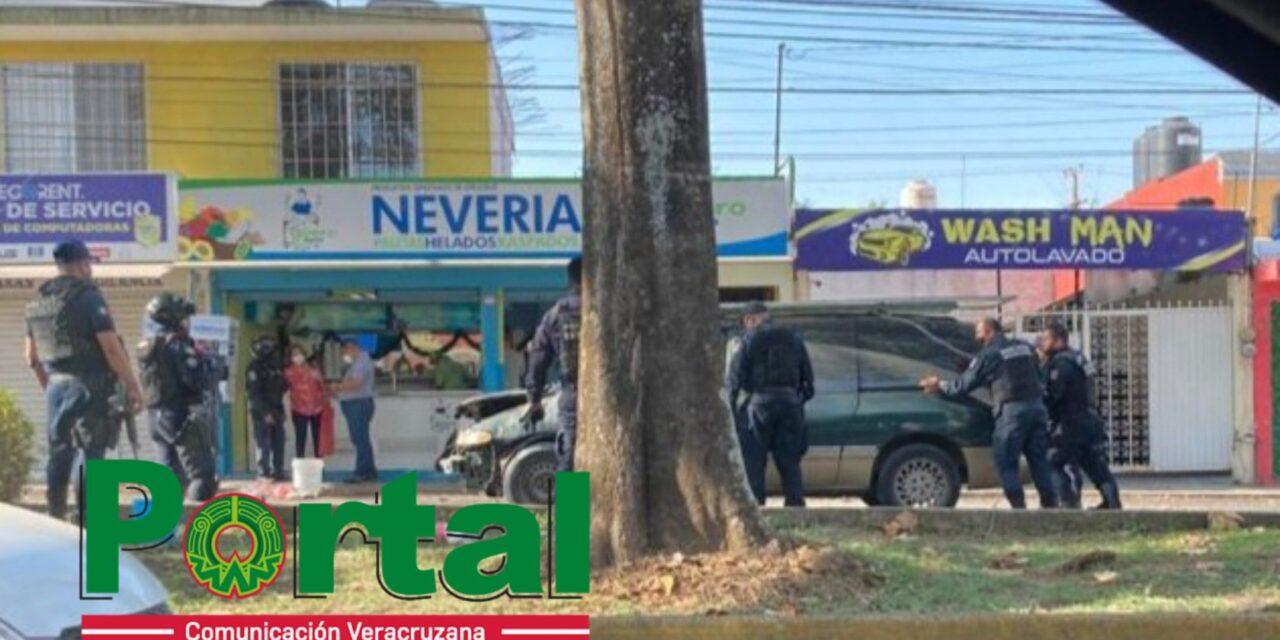 Vehículo incendiándose sobre la Avenida Araucarias