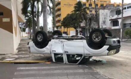 Vuelca camioneta en accidente de tránsito en colonia Flores Magón, Veracruz
