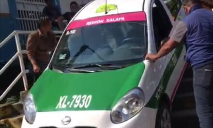 Taxi de Xalapa, se queda atorado en escaleras en la ciudad de Misantla