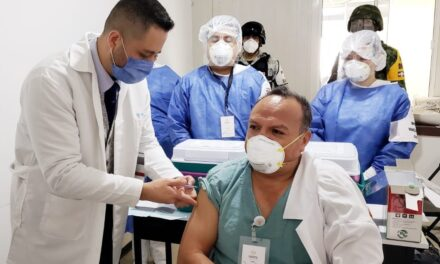Aplican primera vacuna COVID-19 en la clínica del ISSSTE de Xalapa