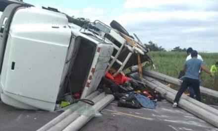 Tres fallecidos,fue el saldo de una volcadura de un camión cerca de Paso del Macho