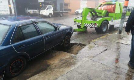 Cae vehículo a socavón en la avenida Chedraui Caram en Xalapa