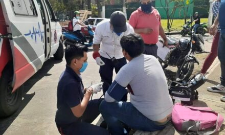 Motociclista choca contra un auto en la carretera Coatepec-Xico