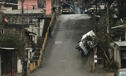 Se registra volcadura de auto en la Colonia Veracruz de Xalapa