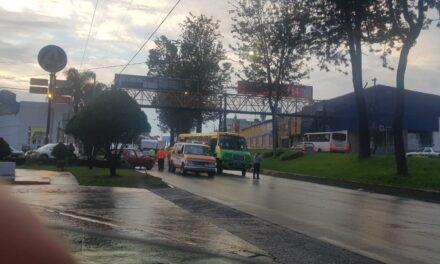 Vuelca vehículo en la avenida Lázaro Cárdenas, Xalapa