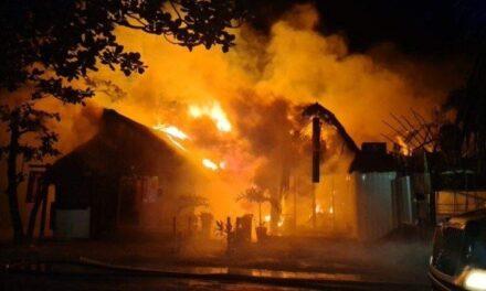 Video: Incendio en la Zona Hotelera de Tulum obliga a movilizar a mil personas