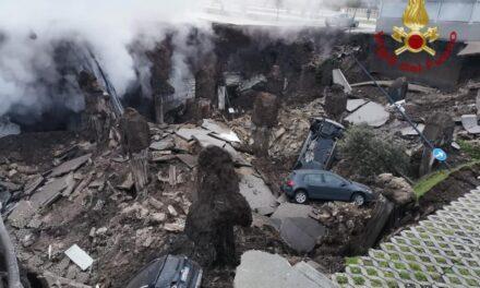 VIDEO: Evacúan centro de covid-19 en Italia tras abrirse un socavón que se 'tragó' varios vehículos