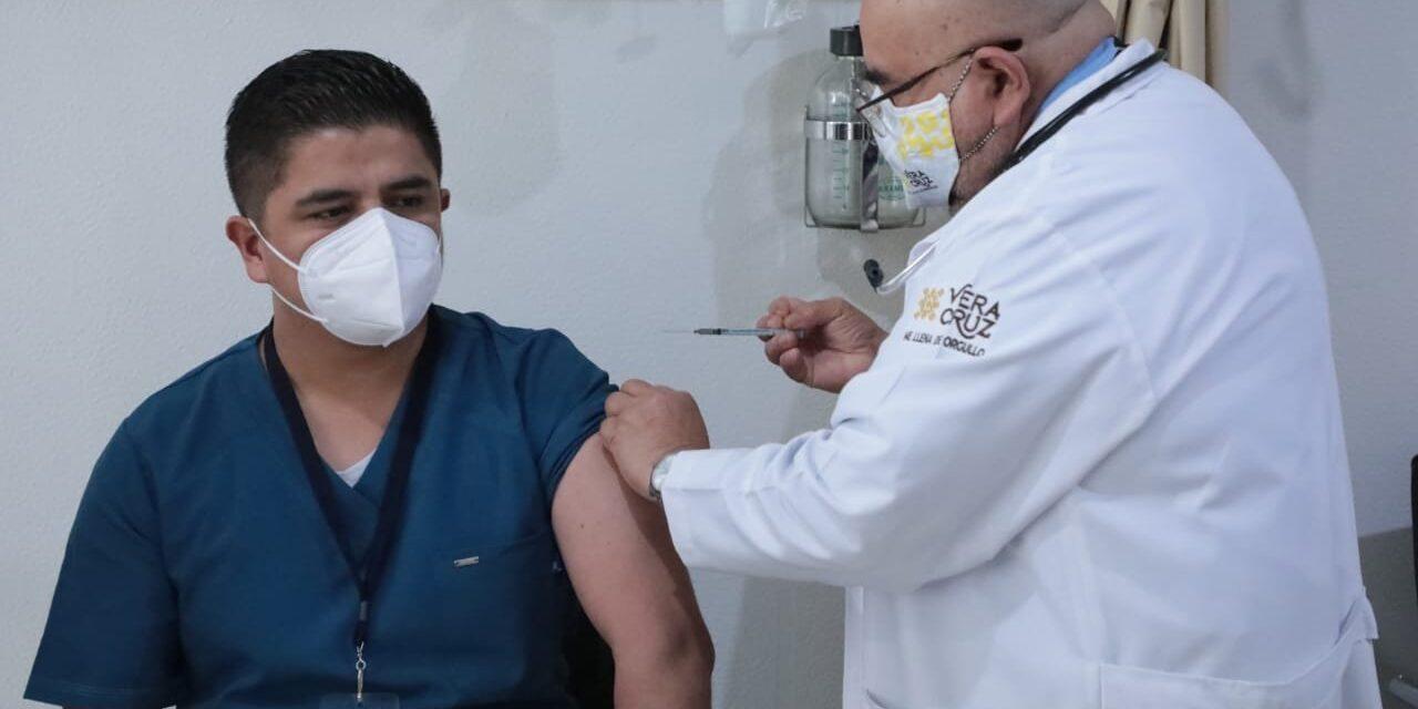 Cándido primero en recibir la vacuna del Centro Covid-19 CAE, Xalapa