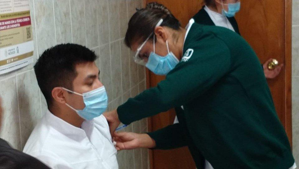 Inicia vacunación en hospitales COVID-19 de todo el país