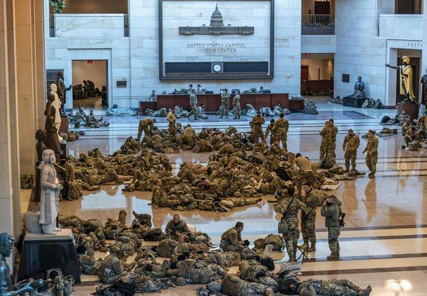 Miembros de la Guardia Nacional de EE.UU. son captados en los pasillos del Capitolio