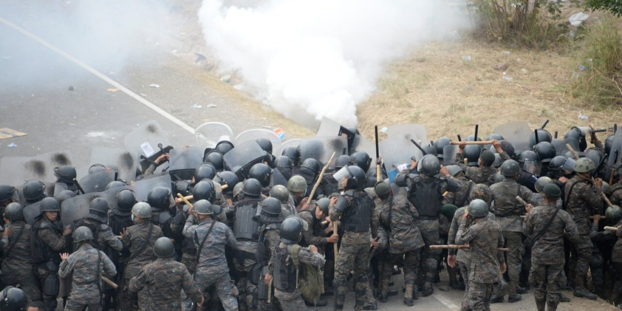 Fuerzas de seguridad de Guatemala se enfrentan a migrantes en caravana con rumbo a EE.UU.