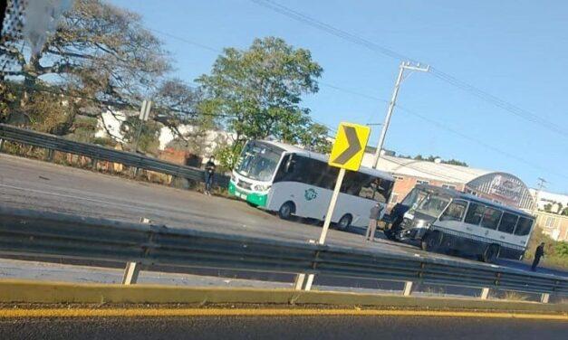 Se registra accidente en la carretera Xalapa – Veracruz, a la altura de la academia de policía