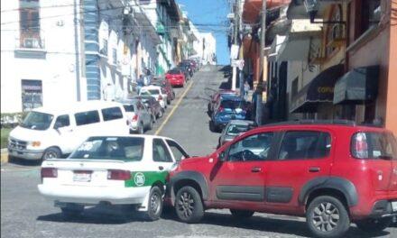 Accidente de tránsito sobre calle Nicolás Bravo en Xalapa