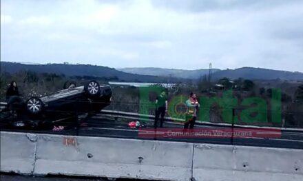 Vuelca automóvil en la carretera Veracruz – Xalapa, a la altura De Cerro Gordo