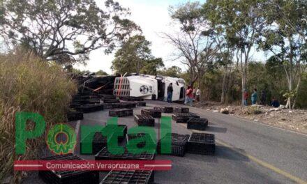 Vuelca tráiler en la carretera La Bocanita – Actopan, no hay paso