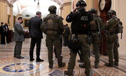 Un policía también murió durante las protestas en el Capitolio