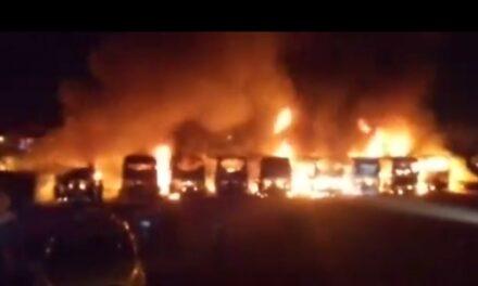 Video: Por quema de pirotecnia se incendian  11 autobuses en San Felipe del Progreso