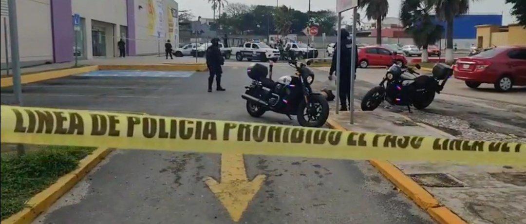 Asesinan a sujeto en estacionamiento de Suburbia en Coatzacoalcos
