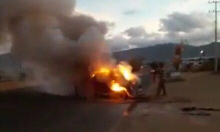 "Video: Se incendia ""vocho"" sobre la Carretera, Oaxaca – Puerto Escondido, a la altura de Ciudad Judicial"