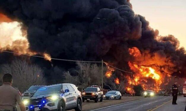 Tren choca contra un camión en Texas y se produce una gran explosión