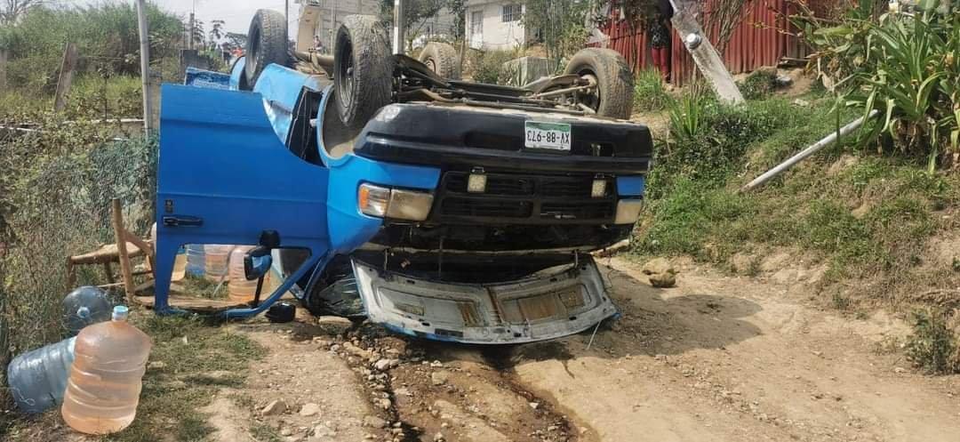 Vuelca camioneta repartidora de agua purificada en El Castillo