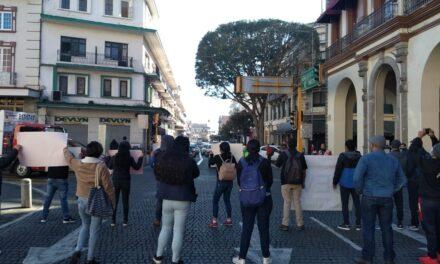 Grupo de manifestantes bloquean la circulación en el centro de Xalapa