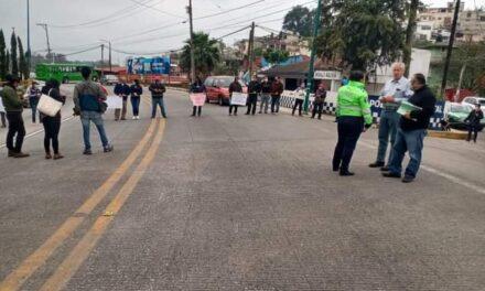 Cierra grupo de manifestantes la vialidad de la calle Bolívia en Xalapa