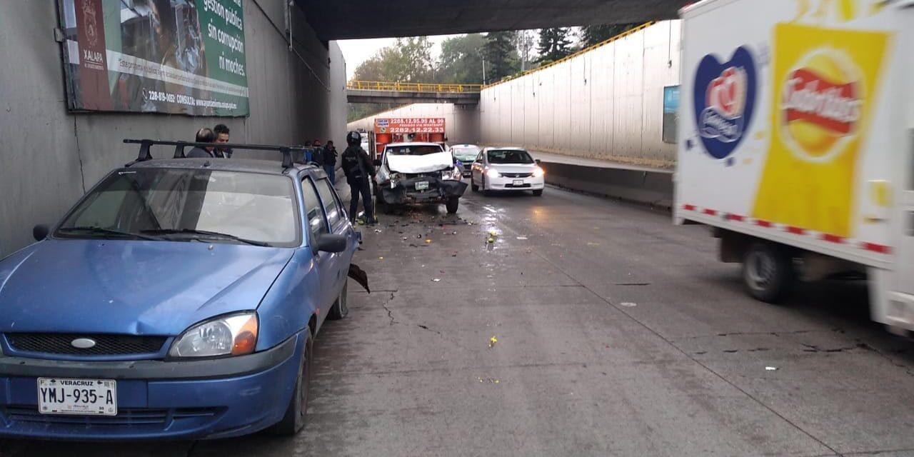Chocan sobre la avenida Lázaro Cárdenas, a la altura de La Araucaria