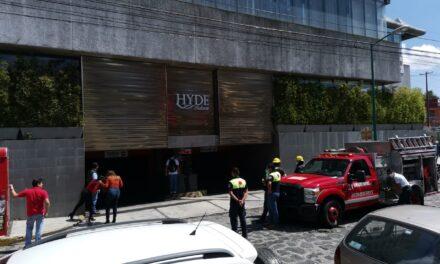 Se incendia camioneta en el estacionamiento del Edificio Hakim, Xalapa