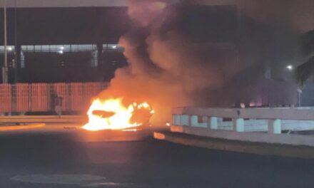 Atropella a motociclista, huye y se incendia su automóvil tras chocar frente a Plaza Américas en Boca del Río