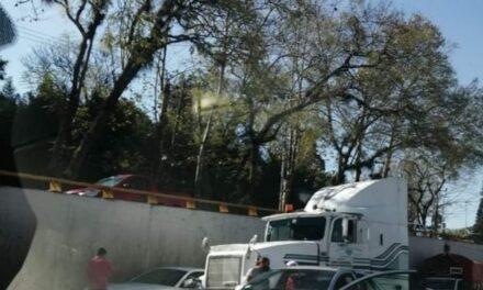 Trailer impacta vehículo en Lázaro Cárdenas, a la altura de La Araucaria