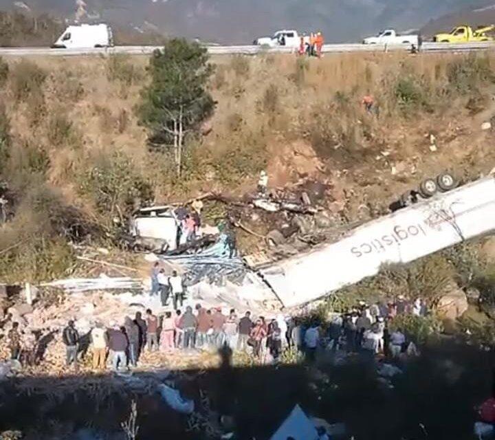 Video: Tráiler se sale de la pista y cae a barranco en Las Cumbres de Maltrata