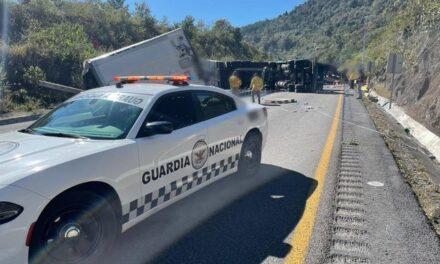 Volcadura de tráiler en la autopista a la altura de las Cumbres de Maltrata