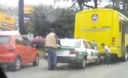Accidente de tránsito sobre la avenida Lázaro Cárdenas, a la altura de Finanzas en Xalapa