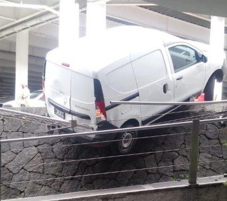Camioneta a punto de caer en estacionamiento de Plaza Cristal en Xalapa