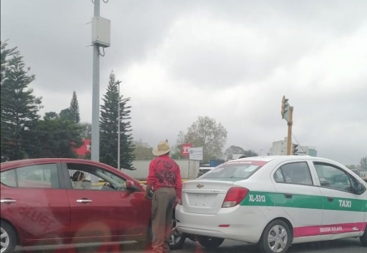 Accidente de tránsito sobre la avenida Lázaro Cárdenas, a la altura de La Araucaria