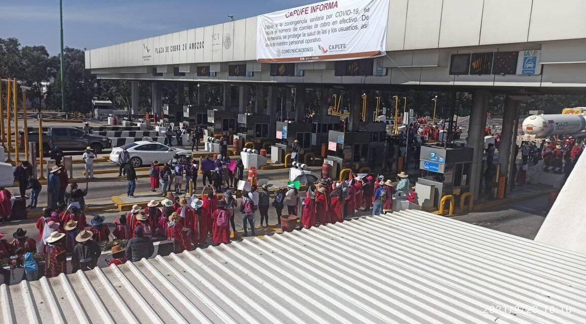 Un grupo de manifestantes toman la caseta de #Amozoc. El paso es libre sin pago Puebla