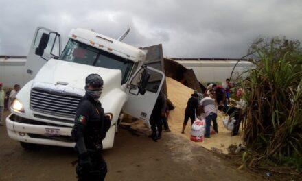 Tráiler no alcanzó a pasar y se lo llevó el tren, en Tezonapa, Veracruz