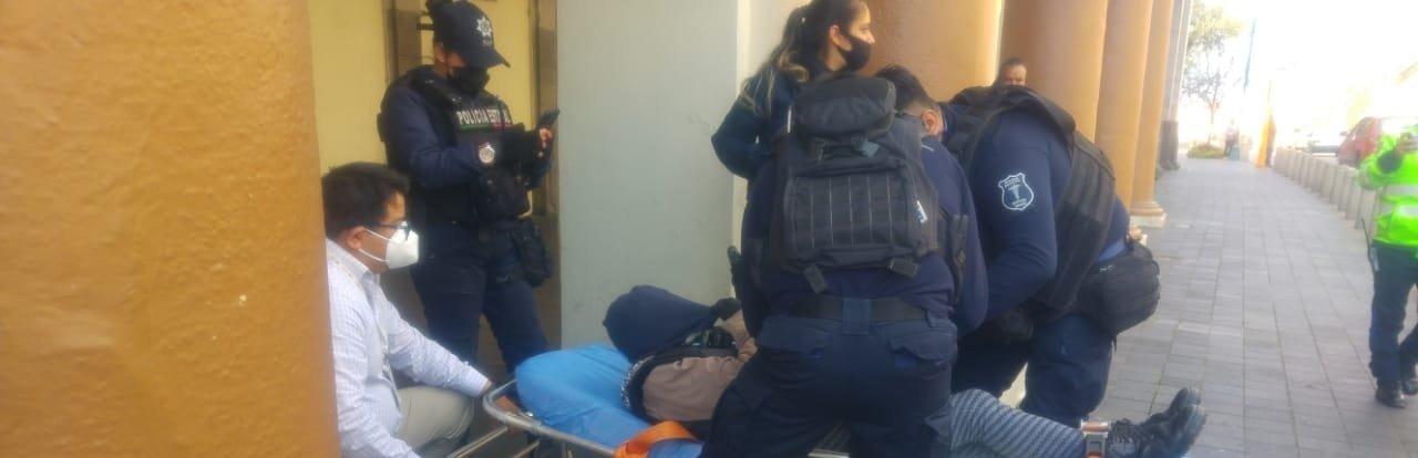 Una señora, que al parecer padece de la presión, se desmayó en los bajos del Palacio de Gobierno, en Xalapa.