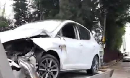 Se impacta conductor contra oficinas de la SEV en Xalapa