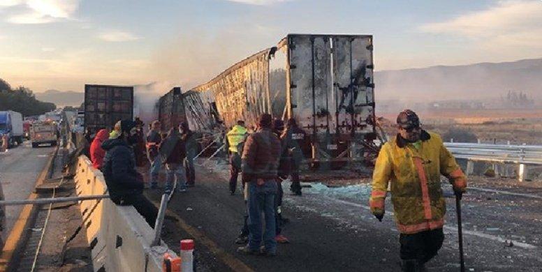 La madrugada de este jueves la carretera 57 fue cerrada a raíz de un fuerte accidente entre 6 tráileres, Saltillo – Arteaga