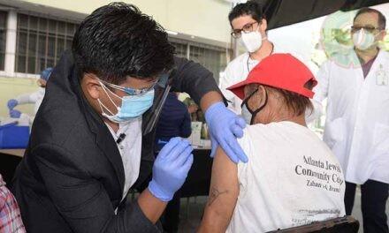 Voluntarios UV también combaten Covid-19 en Xalapa: vacunan a sus adultos mayores