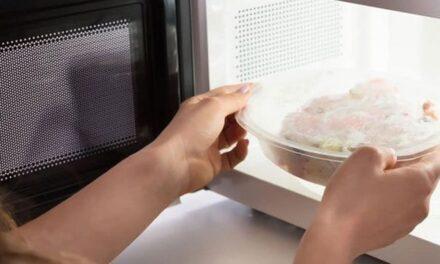 Estos pueden ser los riesgos de calentar comida en envases plásticos dentro del microondas