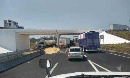 Se voltea tráiler en la carretera Veracruz – Cardel a la altura del puente de San Julian