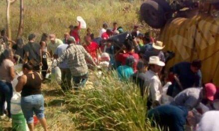 VIDEO: SE VOLTEA TRAILER CARGADO DE AZÚCAR EN CARRETERA LA TINAJA-CD ALEMÁN, REALIZAN RAPIÑA