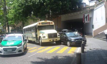 Accidente de tránsito sobre la calle Zaragoza, en el centro de Xalapa